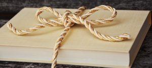 boek met strik erom
